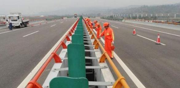桥梁护栏对钢管临时支架的支撑保护作用探究